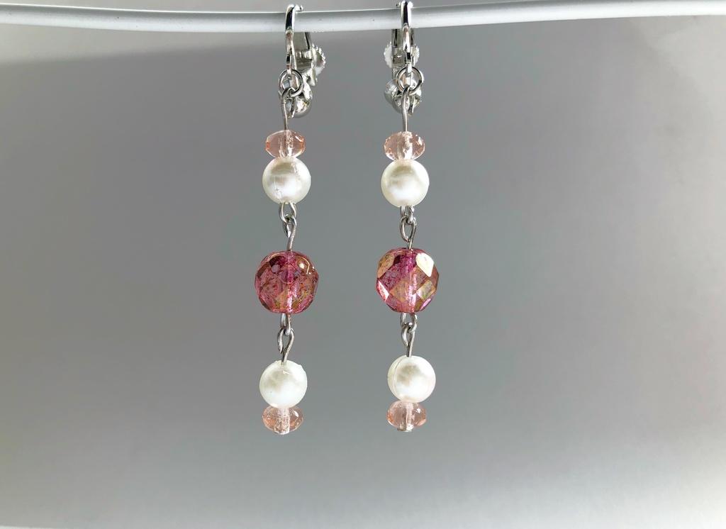 桃色とパールのイヤリング