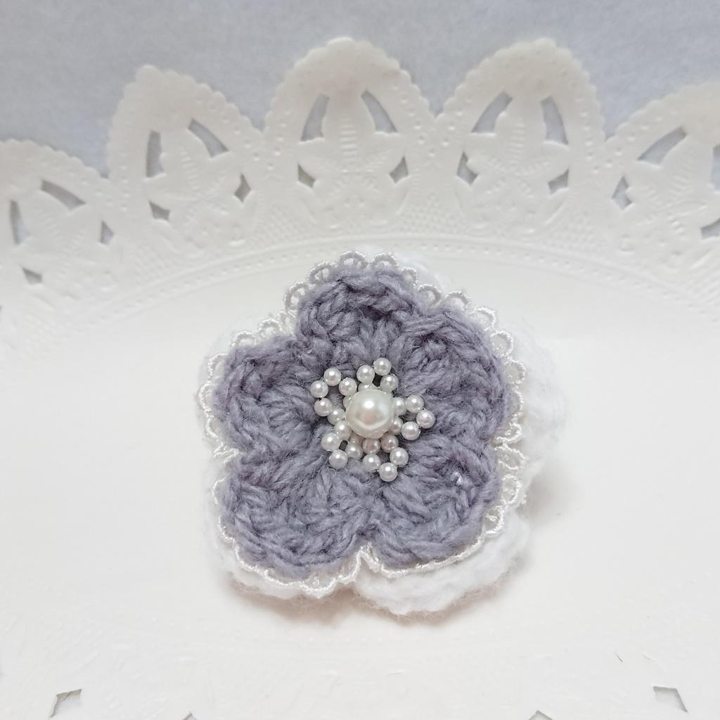 毛糸のお花ブローチ。ホワイト×グレー⑩