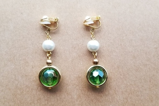 カラフルガラスのイヤリング(緑・ラウンドゴールド)
