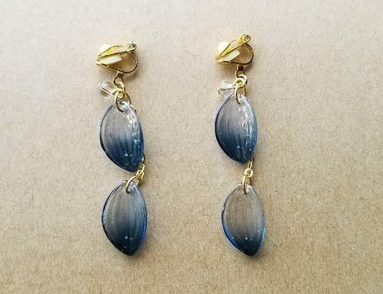 ガラスの花弁のイヤリング(紺)