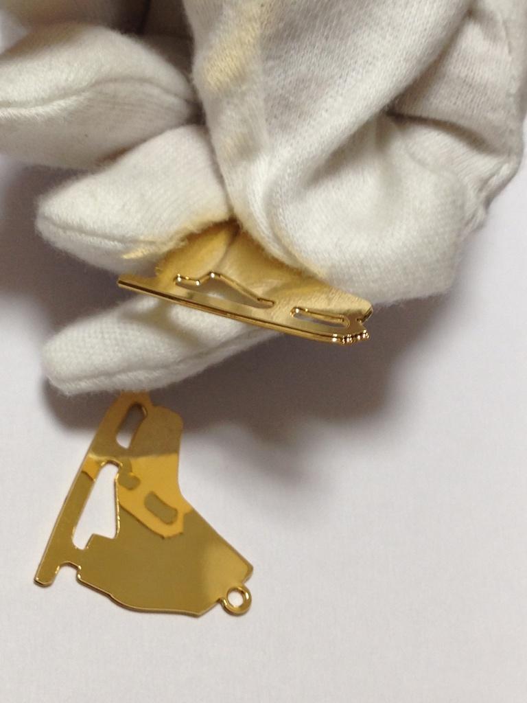 【素材】スケート靴 メタルチャーム Vゴールド1個