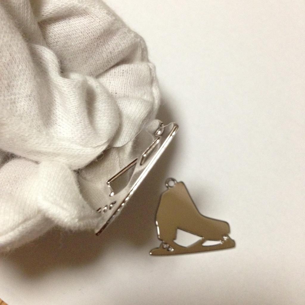 【素材】スケート靴 メタルチャーム Y シルバー1個