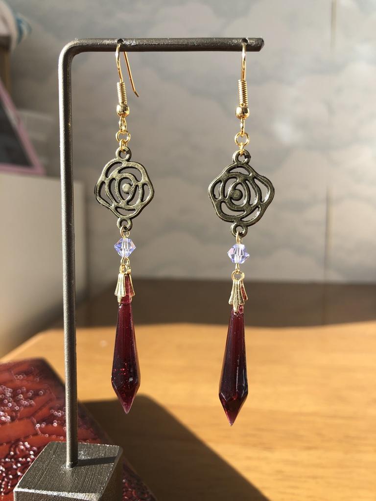 ワインレッドと薔薇のシャンデリアピアス