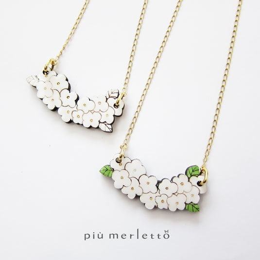 小さな白のお花*木とレジンのネックレス