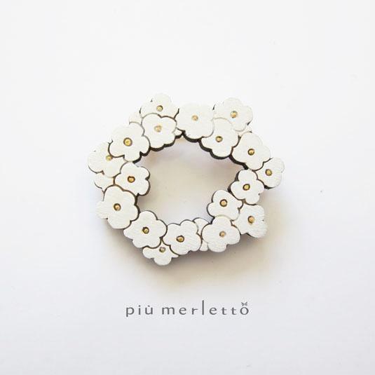 白の花かんむり*木のブローチ