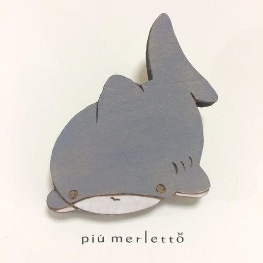 こわがりサメ*木のブローチ
