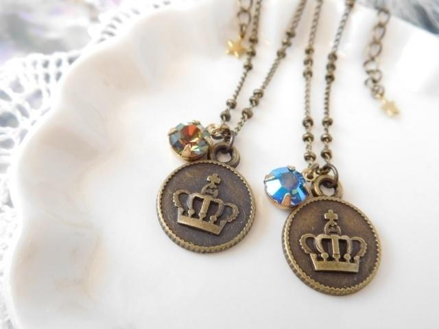 王冠プレートチャームとヴィンテージクリスタライズのドール用ネックレス
