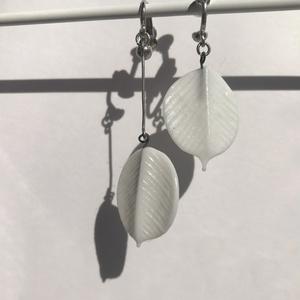 ホワイトリーフのイヤリング