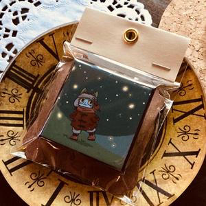 立てて飾れる 星空ハチワレ猫 缶バッジ