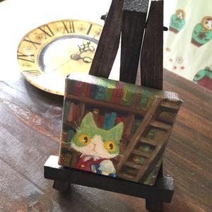原画 油彩「本棚の前のハチワレ」