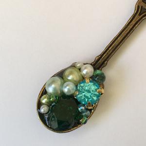 緑の宝石を掬ったスプーンのキーホルダー