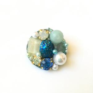 ビジューと宝石のブローチ
