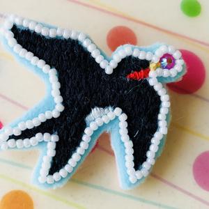 ツバメの刺繍ブローチ