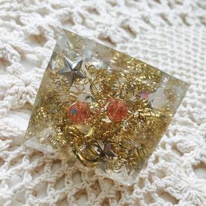 オルゴナイト ピラミッド《ゴールド》水晶1