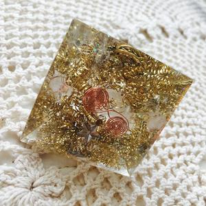 オルゴナイト ピラミッド《ゴールド》水晶2