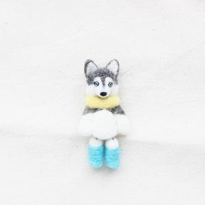 羊毛フェルト 足ぶらぶら犬のブローチ