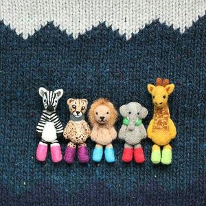 羊毛フェルト 足ぶらぶらサバンナの動物達のブローチ