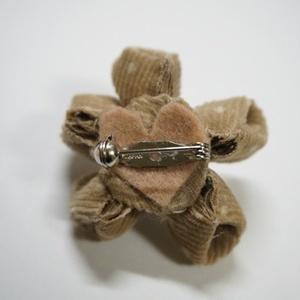 五弁花のミニブローチ