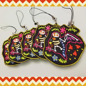 インコ カラベラ風刺繍ストラップ