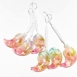 夢桜勾玉ストラップ-雪のように降る桜の花びら入り-