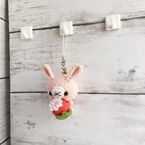 【受注生産】赤イチゴ・淡ピンク色うさぎさん*鈴付きイヤホンジャックストラップ