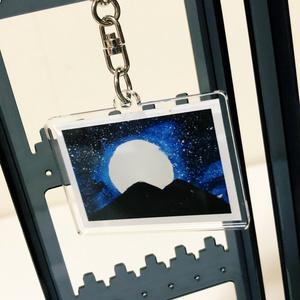 月が浮かぶ夜空のアクリルキーホルダー