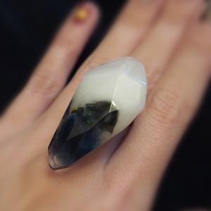 光る鉱石のリング