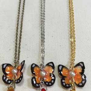 オレンジの蝶 ネックレス