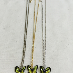 ライムグリーンの蝶 ネックレス