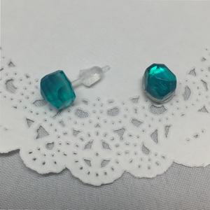マーリンイメージ両耳樹脂ピアス(写真左側)