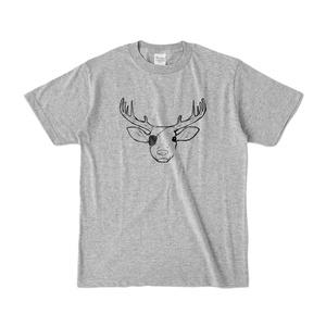 眼帯を付けた鹿のおしゃれなグレーのTシャツ