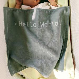 プログラマーに生まれた子供の産声を祝う「Hello World!!」タオル