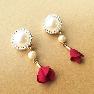 パールカボションと薔薇の花びらのイヤリング