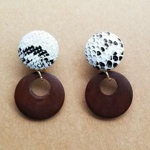 パイソン柄カボションとウッドパーツのイヤリング(白)