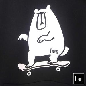 スケートボードにのったクマのパーカー