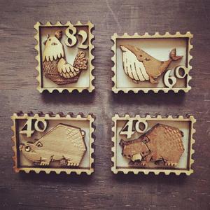 切手型木製バッジ