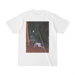横たわるTシャツ