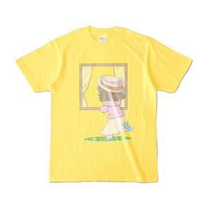 後ろの人を旅行に誘う並木芽衣子さんTシャツ(黄色)