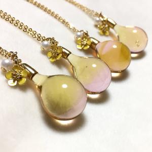 ピンクと黄色のマーブル ガラスの雫ネックレス ①