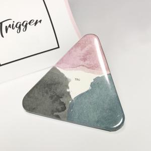TRIGGERイメージ三角缶バッジ