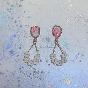《ピンク》白い花の小さなピアス/イヤリング