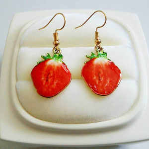 イチゴのゆらゆらピアス