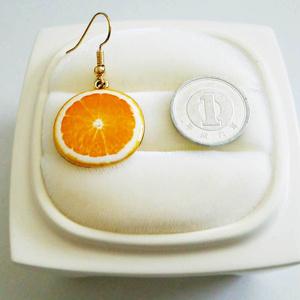 オレンジのゆらゆらピアス