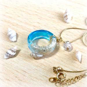 海を閉じ込めたリングのネックレス