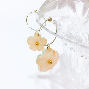 リバーシブル・緑と橙の花イヤリング