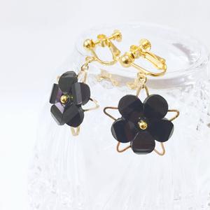 星と黒花のイヤリング