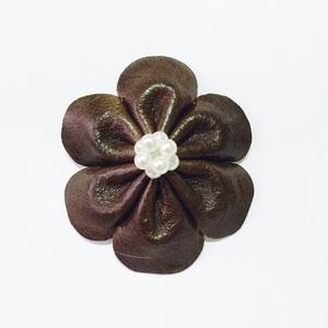 茶革の花ブローチ
