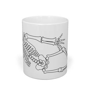 寝そべっているスケルトンマグカップ