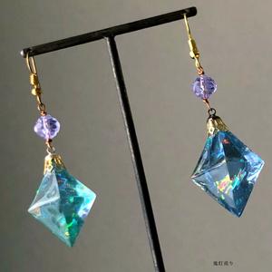 宝石の国の魔法クリスタル。 ガラスのようなオーロラフローライトレジンのピアス イヤリング