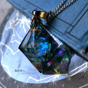 魔法使いから貰ったブラックホールネックレス 八面体 フローライト宇宙レジンネックレス ブラックオパール調